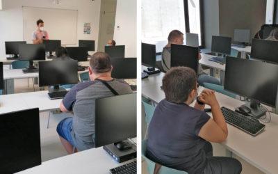Taller de noves tecnologies a Can Saleta per als membres del club l'Encenall