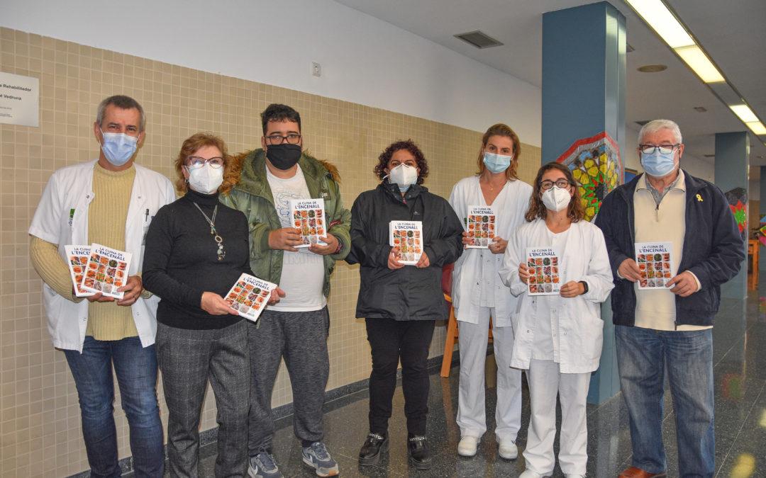 Lliurament del llibre de receptes de la cuina de l'Encenall a la secció de sociosanitari de l'Hospital de Calella
